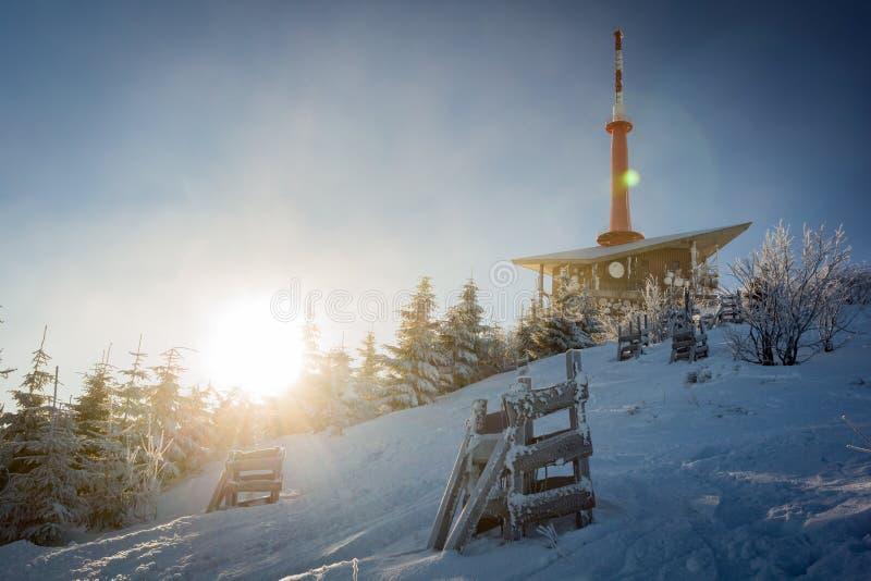 Bevroren en sneeuwtelevisiezender op Lysa-horaberg in Beskydy in de winter stock fotografie
