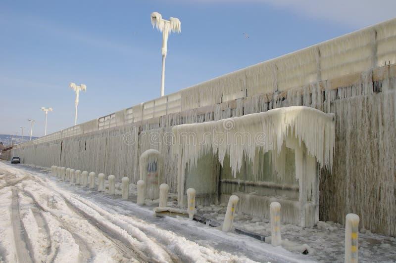 Bevroren golfbreker en bushalte na de winteronweer royalty-vrije stock foto