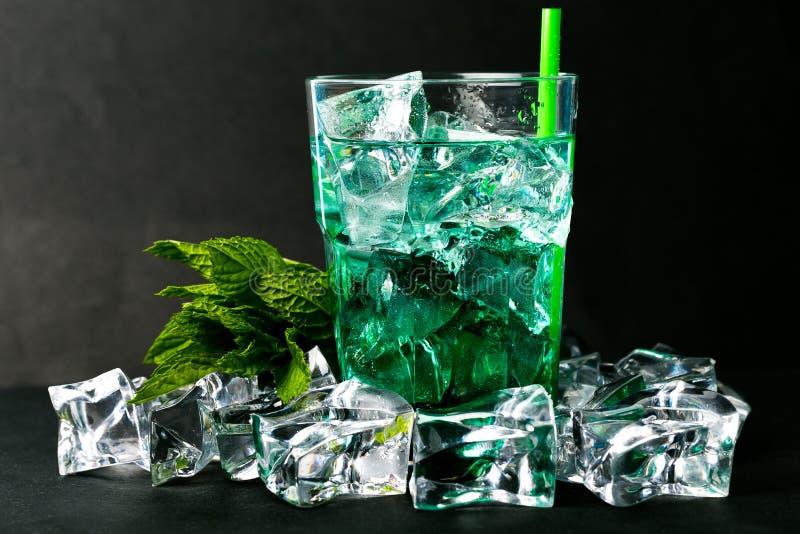 Bevroren groene pepermuntstroop met tonische water en ijsblokjes royalty-vrije stock afbeeldingen