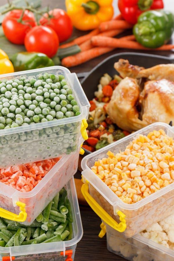 Bevroren groenten en gebraden kip, het voedsel van het paleodieet royalty-vrije stock afbeelding