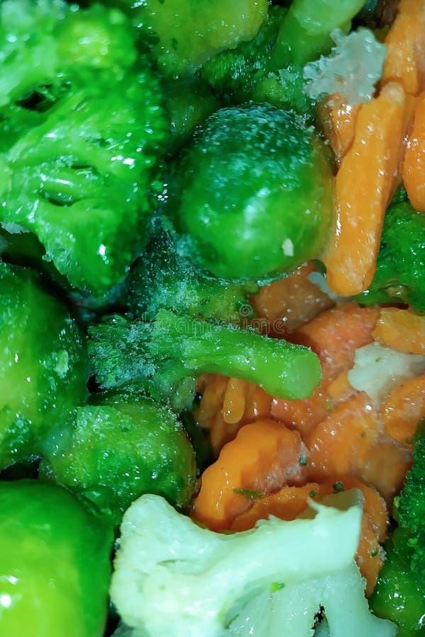 Bevroren groentenachtergrond Broccoli, wortelen, bloemkool, Spruitjes Concept het gezonde eten royalty-vrije stock afbeeldingen