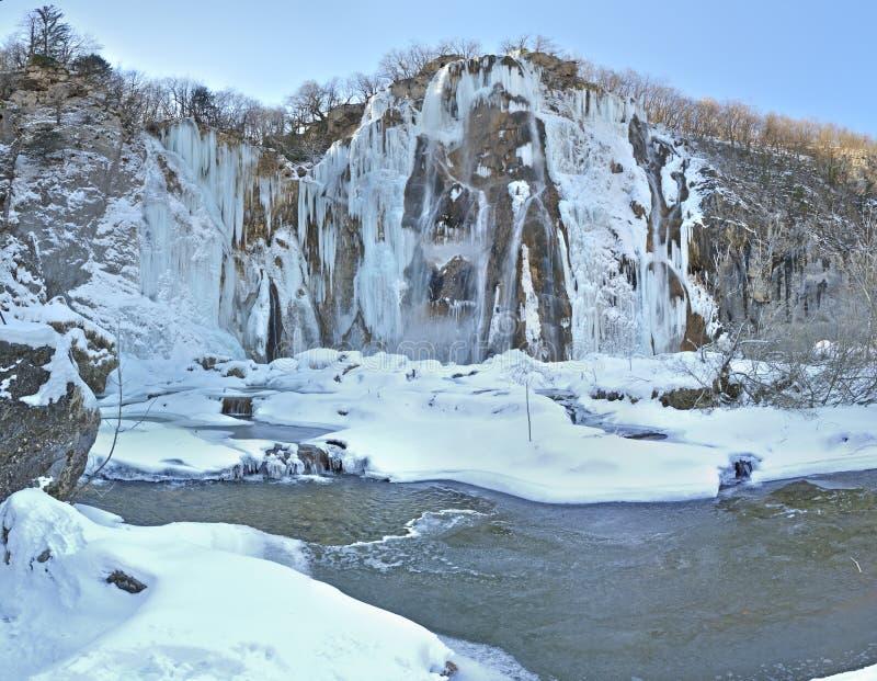 Bevroren Grote waterval in Plitvicka Jezera, Kroatië stock afbeelding