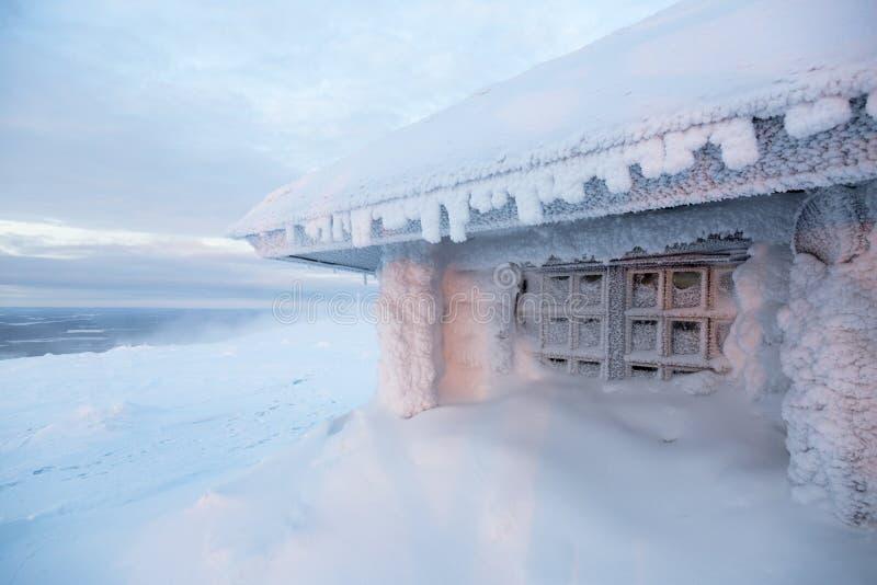 Bevroren huis in Finland achter polaire cirkel royalty-vrije stock fotografie