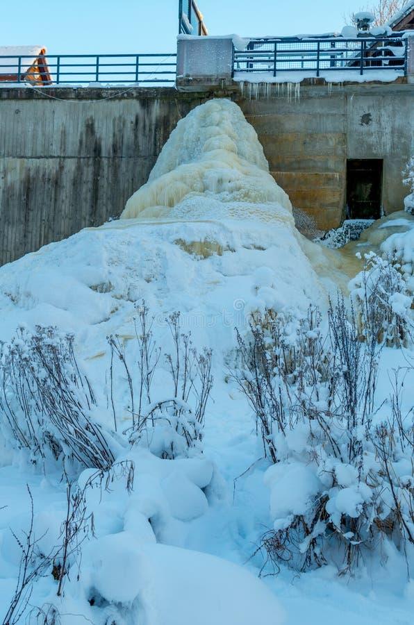 Bevroren hydroelektrische centrale keila-Joa, Estland royalty-vrije stock afbeeldingen
