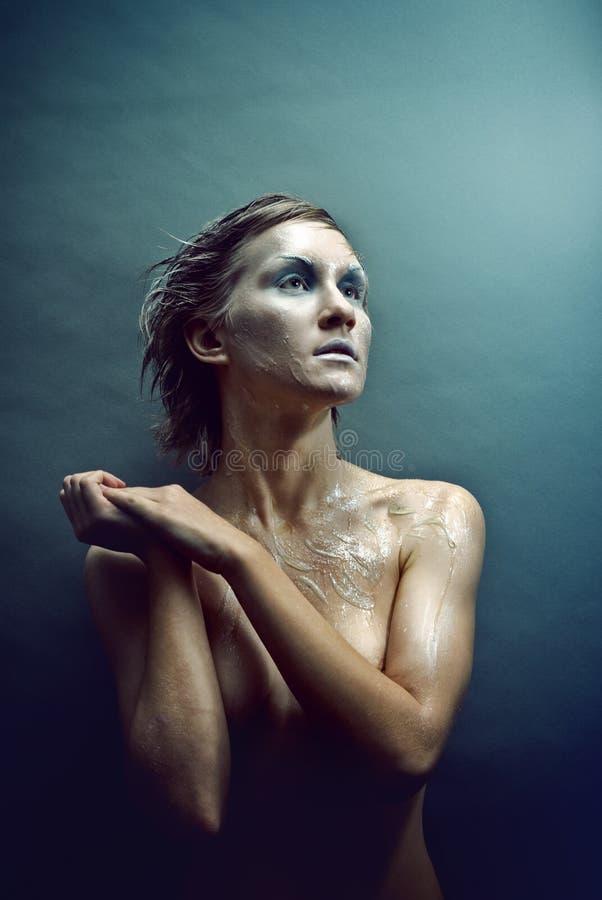 Bevroren jonge vrouw in studio royalty-vrije stock foto