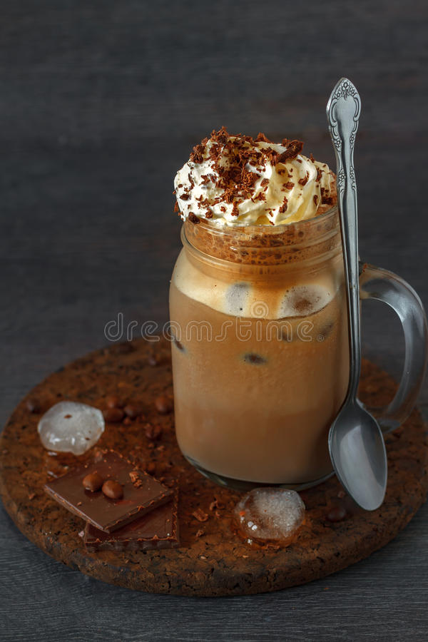 Bevroren koffie in een kruik stock foto