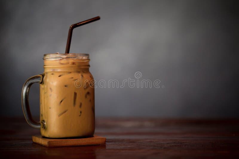 Bevroren Koffie Latte met Ijs op Houten Lijst stock fotografie