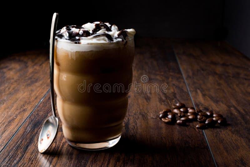Bevroren Koffiechocolade Frappe/Frappuccino met Slagroom, Chocoladestroop royalty-vrije stock afbeelding