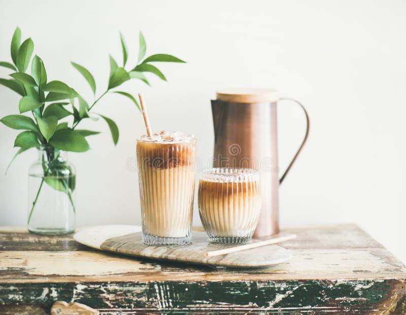 Bevroren koffiedrank in lange glazen met melk, horizontale samenstelling stock foto's