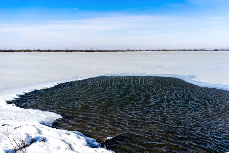 Bevroren lagune in noordelijk Griekenland stock afbeelding