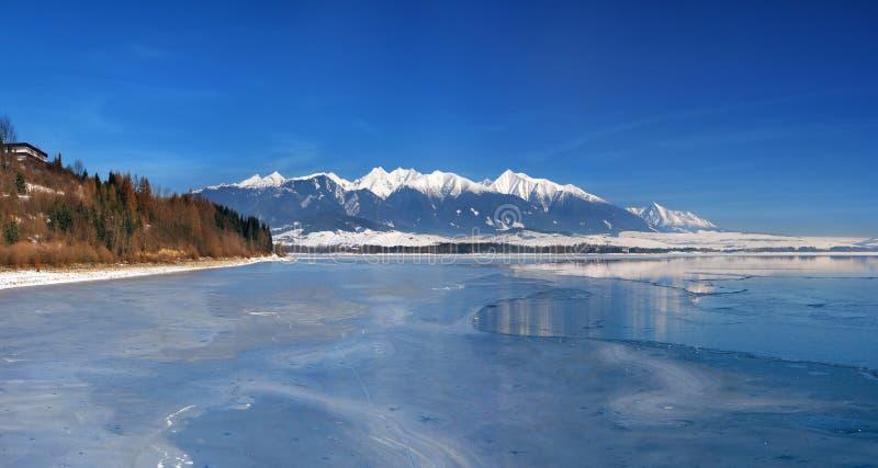 Bevroren Liptovska Mara en Westelijke Tatras stock afbeelding