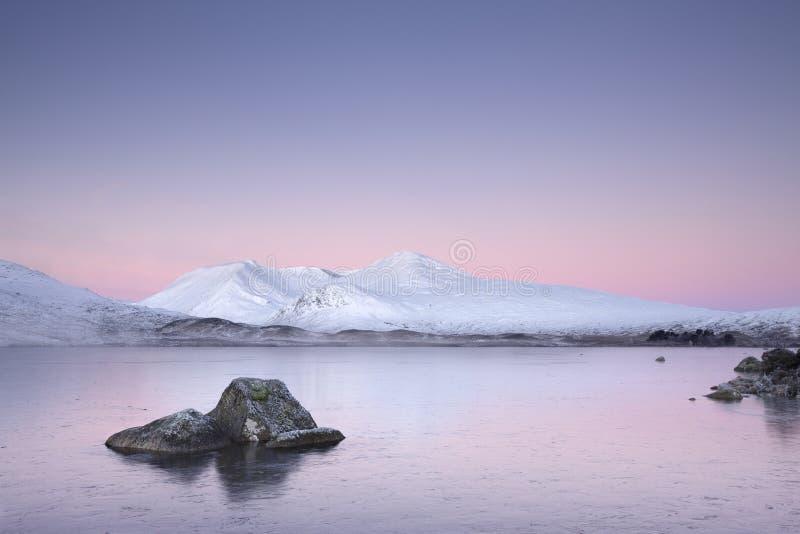 Bevroren Loch Rannoch legt de Winter door Glencoe West Hooglandenzwarte opzet vast Schotse Berg stock foto's