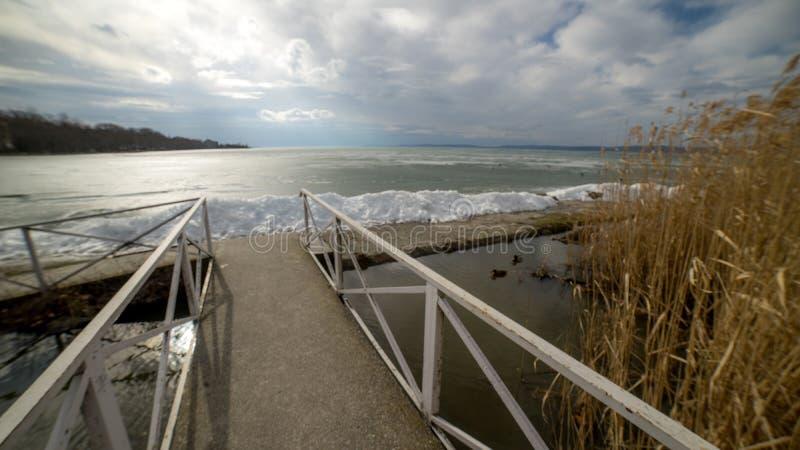 Bevroren meer Balaton, de winter, Hongarije stock afbeelding