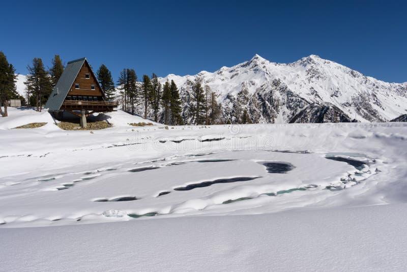 Bevroren meer in berg op Italiaanse Alpen, Gressoney, Italië stock foto's