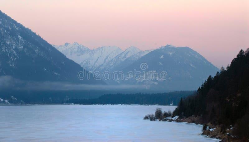 Bevroren meer in de Alpen stock fotografie