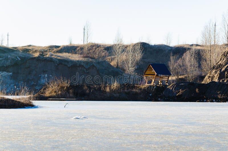 Download Bevroren Meer Met één Huis In Een Bergland Stock Foto - Afbeelding bestaande uit mount, afgezonderd: 39105898