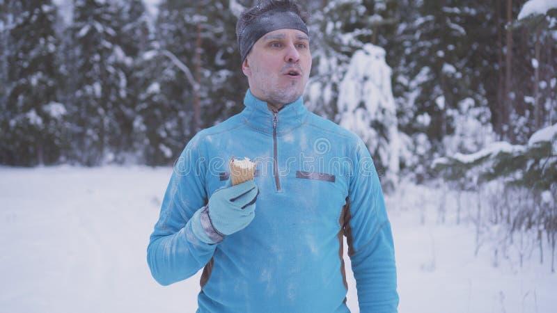 Bevroren mens in de sneeuw, is er dicht roomijs in de winter, sterke immuniteit stock afbeeldingen
