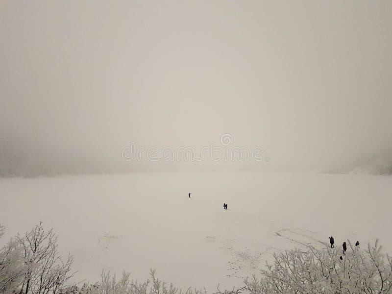 Bevroren oko van meermorskie in de winter Mensen die aan het eiland op dik ijs lopen royalty-vrije stock foto's