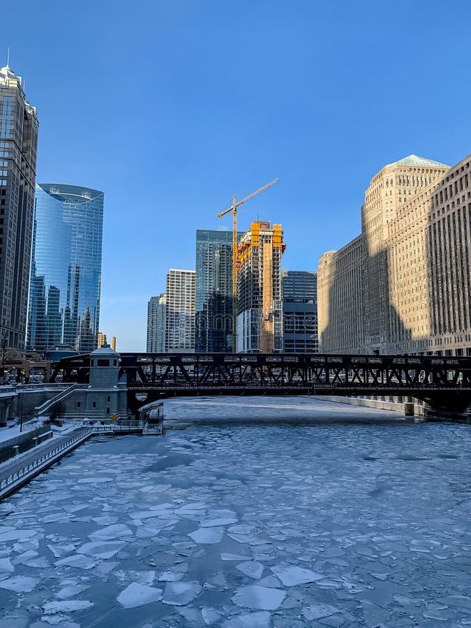 Bevroren oppervlakte van de Rivier van Chicago met ijsbrokken en sneeuw stock foto