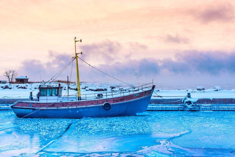 bevroren overzees en vissersboot stock afbeeldingen