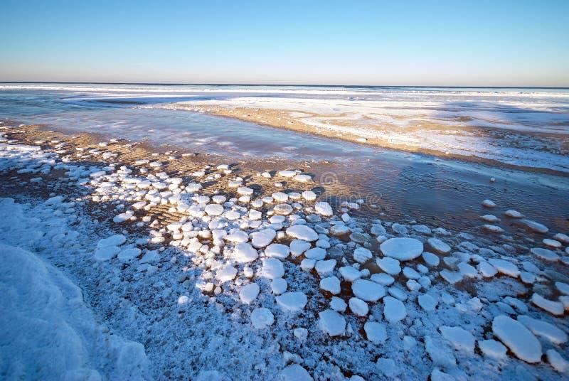 Bevroren overzees tijdens zonsondergang Mooi blauw gekleurd natuurlijk zeegezicht in de de wintertijd stock afbeeldingen