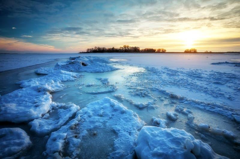 Bevroren overzees tijdens zonsondergang Mooi natuurlijk zeegezicht in de winter stock afbeeldingen