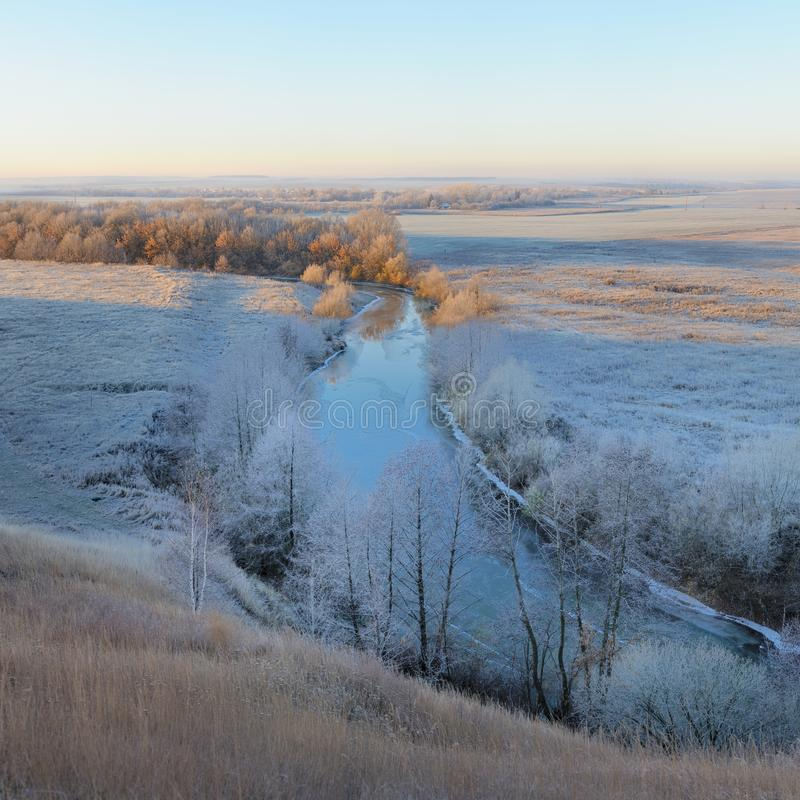 Bevroren rivier en zonsopgang in Centraal Rusland royalty-vrije stock foto's