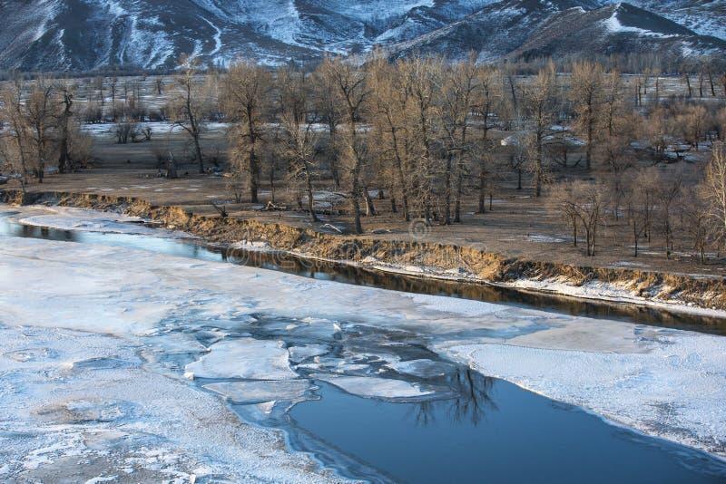 Bevroren rivier in Mongools de winterlandschap royalty-vrije stock fotografie