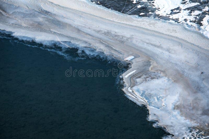 Bevroren rivier in Mongools de winterlandschap royalty-vrije stock afbeelding