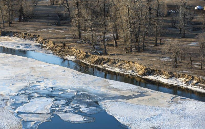 Bevroren rivier in Mongools de winterlandschap royalty-vrije stock foto's