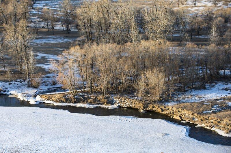 Bevroren rivier in Mongools de winterlandschap stock foto's