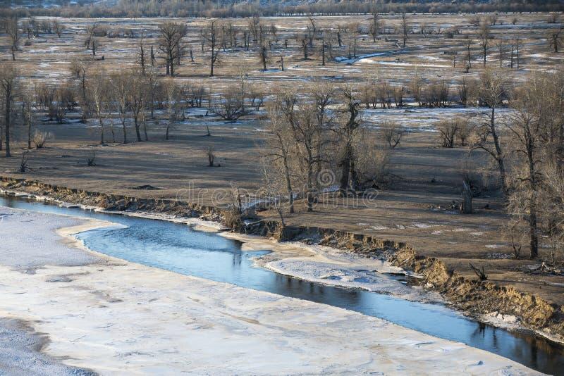 Bevroren rivier in Mongools de winterlandschap stock afbeeldingen