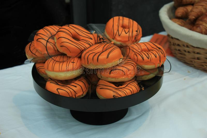 Bevroren sinaasappel donuts royalty-vrije stock afbeeldingen