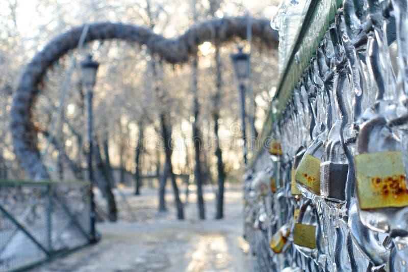 Bevroren sloten op het traliewerk van een brug, symbool van liefde en unie royalty-vrije stock fotografie