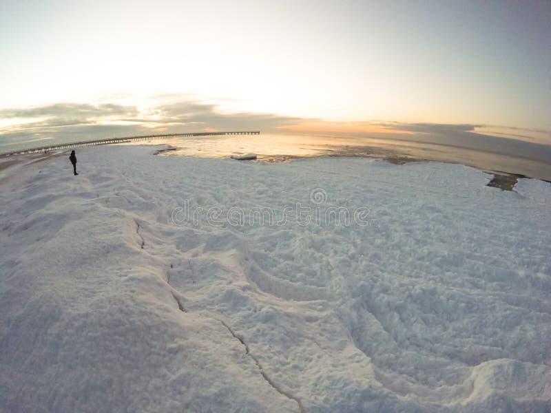 Bevroren strand op Oostzee royalty-vrije stock afbeelding