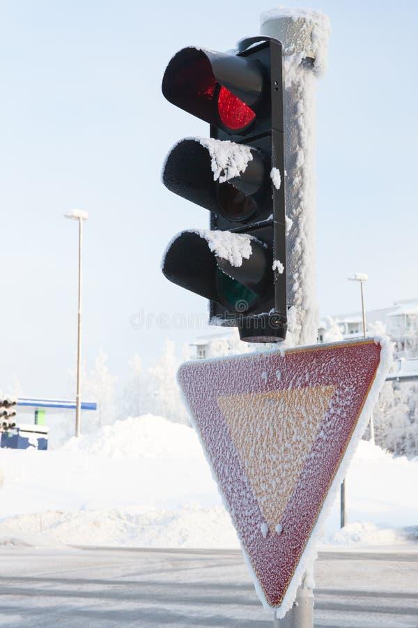 Bevroren verkeerslicht bij de winter die rood tonen royalty-vrije stock fotografie