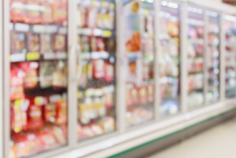 Bevroren voedselsectie in supermarktonduidelijk beeld stock afbeelding