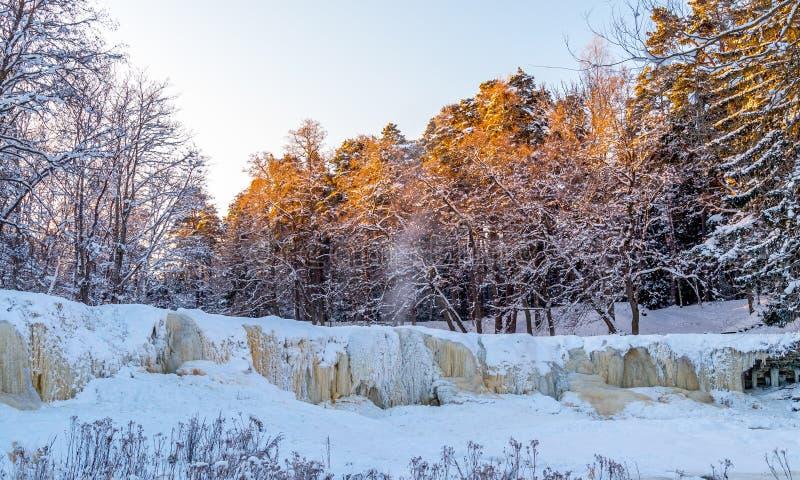 Bevroren waterval keila-Joa, Estland bij koude stock fotografie