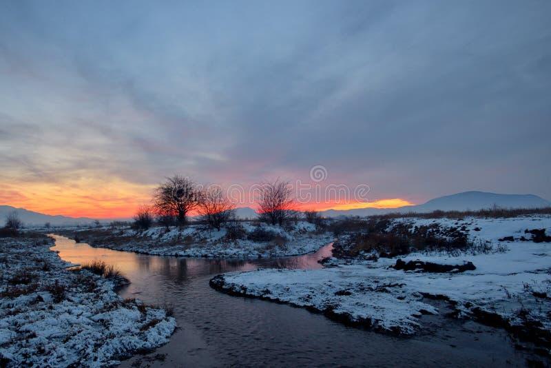 Bevroren zonsondergang over rivier royalty-vrije stock fotografie