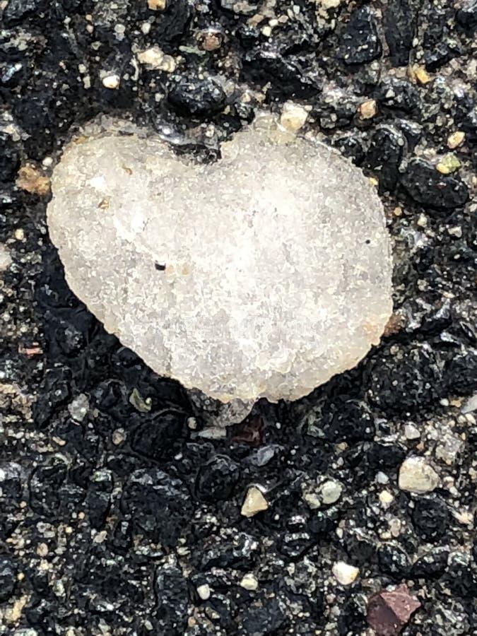 Bevroren zwarte het asfaltachtergrond van het ijshart royalty-vrije stock foto