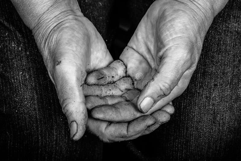 Bevuilde handen van bejaarden stock afbeelding