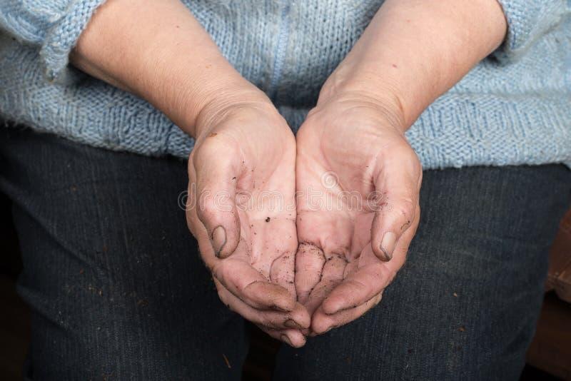 Bevuilde handen van bejaarden stock fotografie