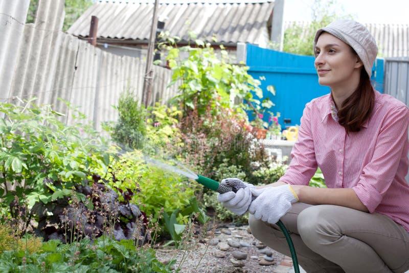 Bewässerung der jungen Frau lizenzfreies stockfoto