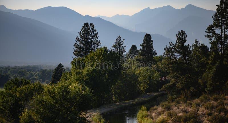 Bewässerung und Gebirge im Bitterroot-Tal stockbilder