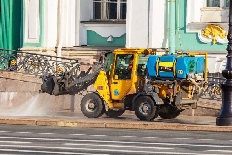 Bewässerungsmaschine wäscht Asphalt vom Staub und vom Schmutz lizenzfreie stockfotos