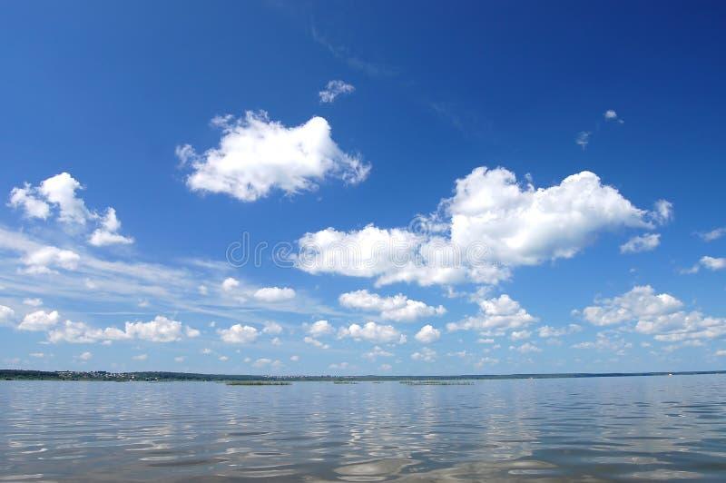 Bewölken Sie sich über Wasser, See Plesheevo, Russland stockfotos