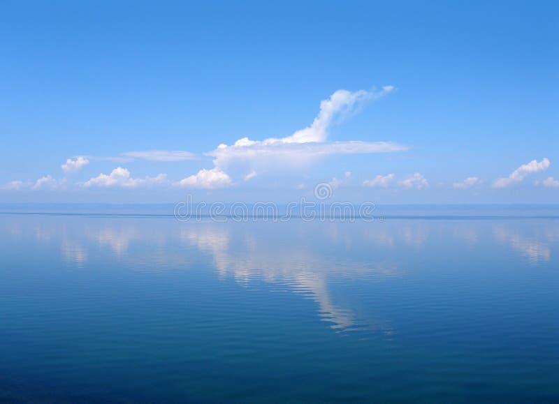 Bewölken Sie sich wie Flugzeug, See Baikal, Russland stockbild