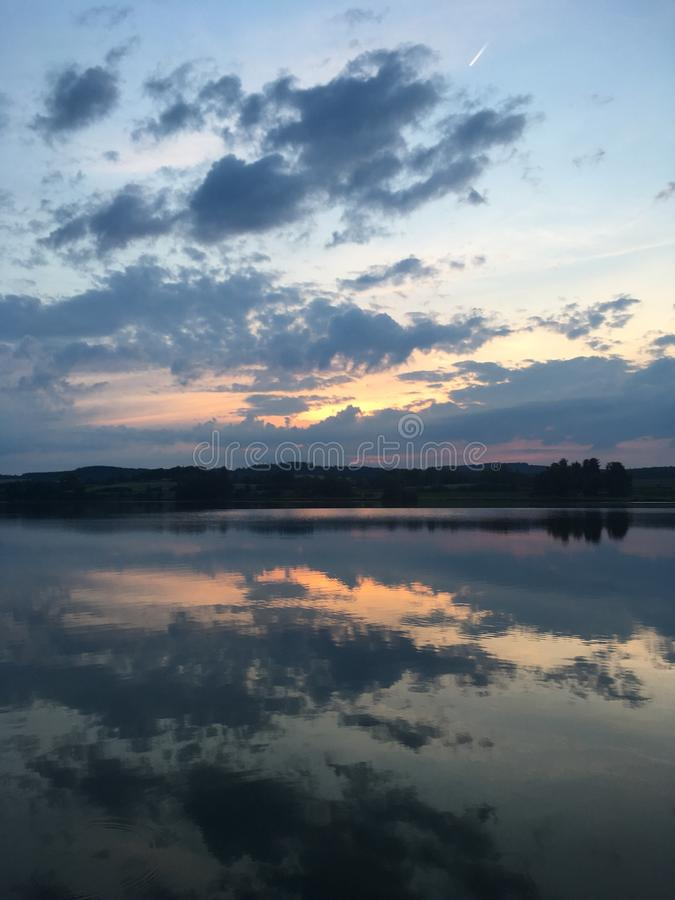 Bewölkt über dem Teich stockbild