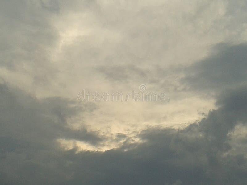 Bewölkt blauen Himmel lizenzfreie stockbilder