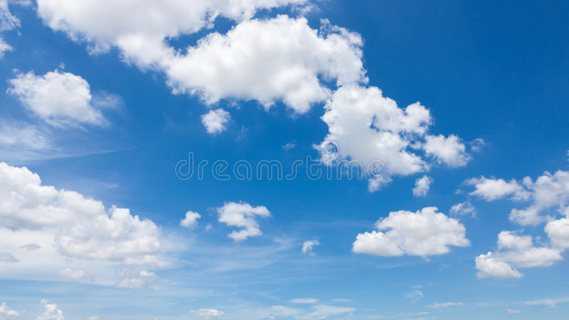 Bewölkt blauen Himmel lizenzfreies stockfoto
